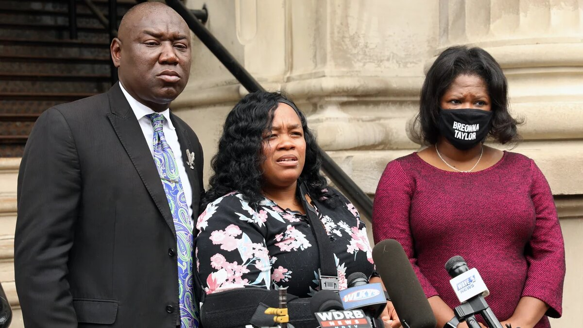 Breonna Taylor's mother, Tamika Palmer, center, during a news conference outside City Hall in Louisville, Ky., in August. (Image via Getty Images)